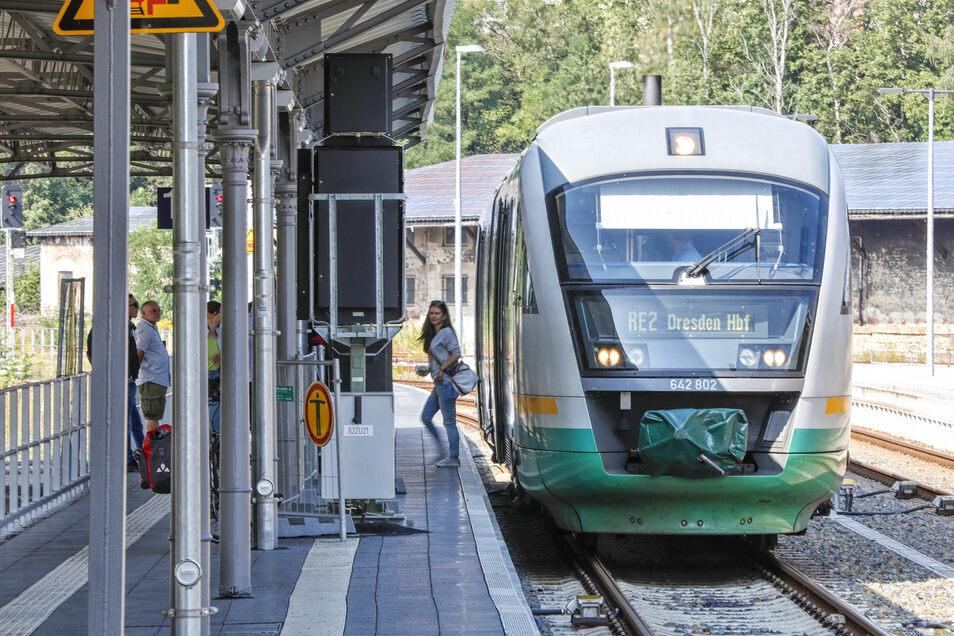 Alle Züge erreichen Zittau kurz vor der vollen Stunde und fahren kurz nach der vollen Stunde ab.