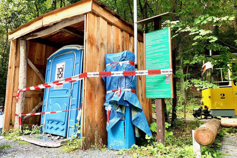Parkplatz Nasser Grund im Kirnitzschtal: Toilette und Parkautomat sind stark beschädigt.