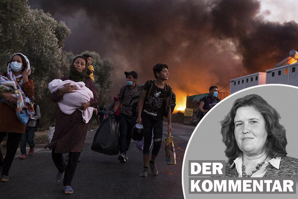 Nach dem Brand fliehen Migranten mit ihren Habseligkeiten aus dem Flüchtlingslager Moria.