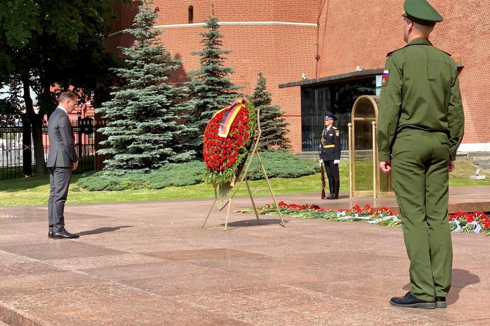Tino Chrupalla steht im Alexandergarten an der Kremlmauer am Grabmal des unbekannten Soldaten, wo er einen Kranz niedergelegt hat.