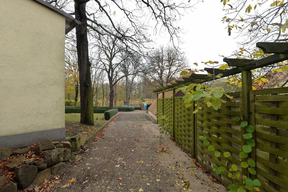 Hier entlang - neben dem Friedensburgareal - soll der Wanderweg von der Treppe aus dem Weinberg bis zur Oberen Burgstraße fortgesetzt werden.