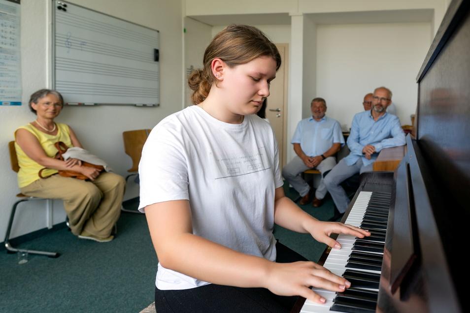 Schülerin Charlotte Wilk konnte als Erste das neue Klavier in der Zweigstelle Neustadt der Musikschule Sächsische Schweiz ausprobieren.