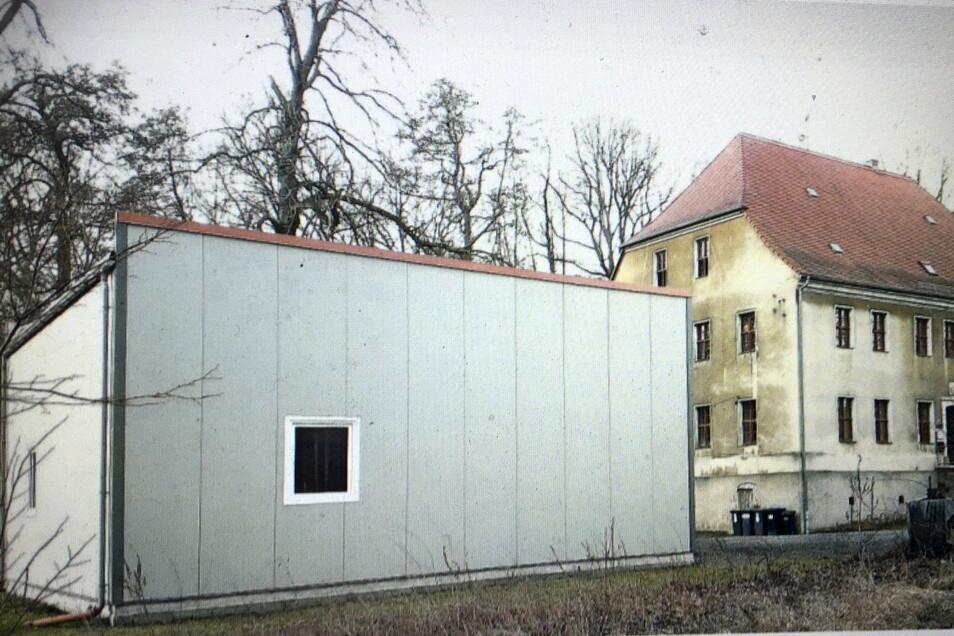 Der Feuerwehrkasten am Kraußnitzer Herrenhaus - hier noch unbegrünt.