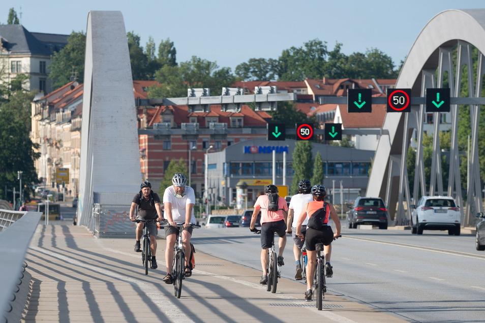 Bei Radfahrern wird die Waldschlößchenbrücke immer beliebter. Die elektronischen Zählstellen erfassen sie genau. Der Monatsrekord wurde im Juli 2020 mit 140.602 Radlern aufgestellt. Spitze war auch das gesamte vergangene Jahr.