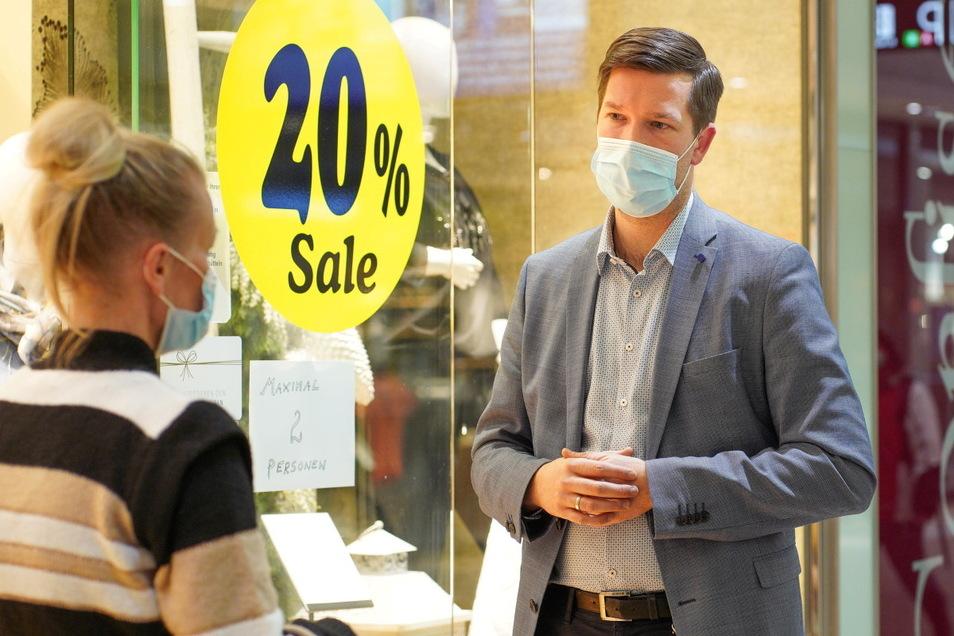 Christian Polkow, Chef des Kornmarkt-Centers in Bautzen, hörte sich am Dienstag die Sorgen Händlern an, unter anderem von Modehändlerin Arleta Fröschl.