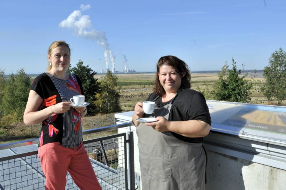 Ein grandioser Ausblick: Claudia Szonn (links), Leiterin des Turmcafés, und Michaela Weigang, die von Beginn an dabei ist, bleibt normalerweise wenig Zeit, mit einem Kaffee die Sicht über die renaturierte Fläche des Tagebaus Nochten zu genießen. Gäst