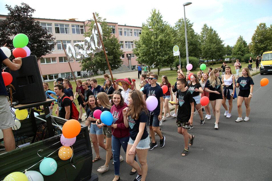 Natürlich ging der Marsch auch vorbei an der Schule.
