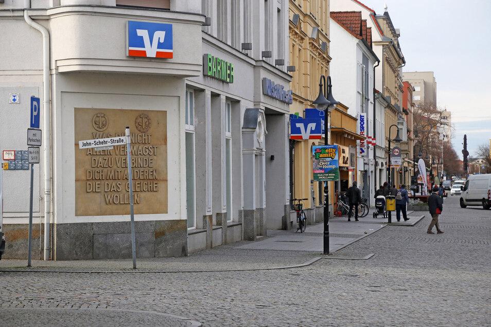 Die bekannteste Riesaer Schrifttafel befindet sich am Volksbank-Gebäude in der Hauptstraße 87. Sie wurde von Steinmetzmeister Taupitz aus Sandstein angefertigt und angebracht.Sie enthält einen Spruch von Hermann Schulze-Delitzsch, dem Begründer des deutschen Genossenschaftswesens.