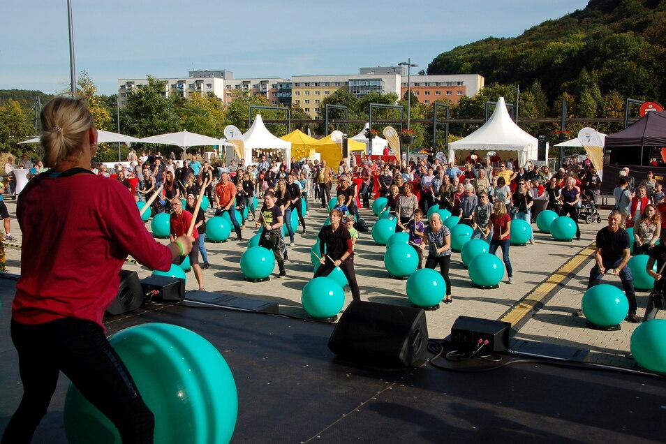 100 Leute und dazu noch viele Schaulustige kamen am Sonnabend zu Drums Alive vom Verein Muskelkater.