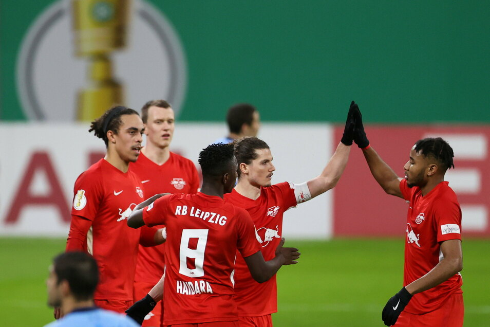 Leipzigs Christopher Nkunku (r) und Torschütze Marcel Sabitzer feiern das Tor zum 2:0.