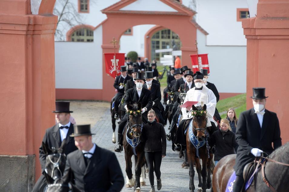 Etwa 50 festlich gekleidete Reiter starteten auf ihren geschmückten Pferden am Vormittag an der katholischen Kirche und zogen zum Kloster St. Marienthal.