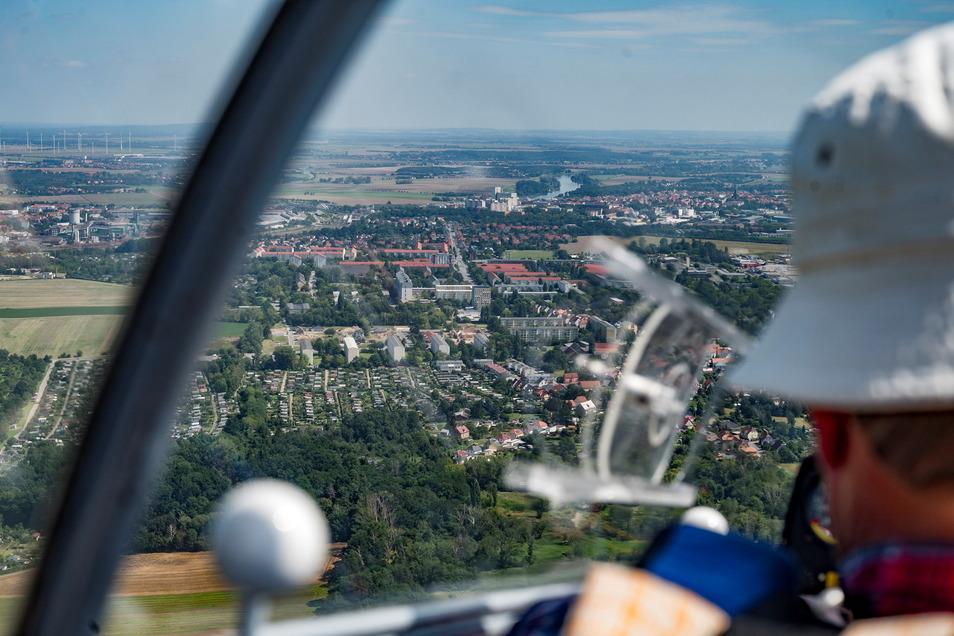 Diesen Ausblick von Canitz nach Riesa genießen die Segelflieger häufig: Im Vordergrund die Kleingärten auf dem Dimmelsberg, hinten sind Elbe und Muskator zu sehen.