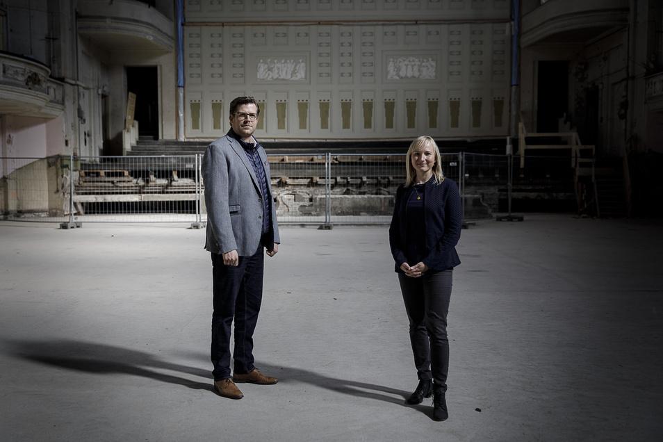 Benedikt M. Hummel und Maria Schulz, Geschäftsführer des Görlitzer Kulturservice, in der Stadthalle. Maria Schulz hat hier noch getanzt. Als eine der letzten. Vor 15 Jahren wurde das Haus geschlossen.