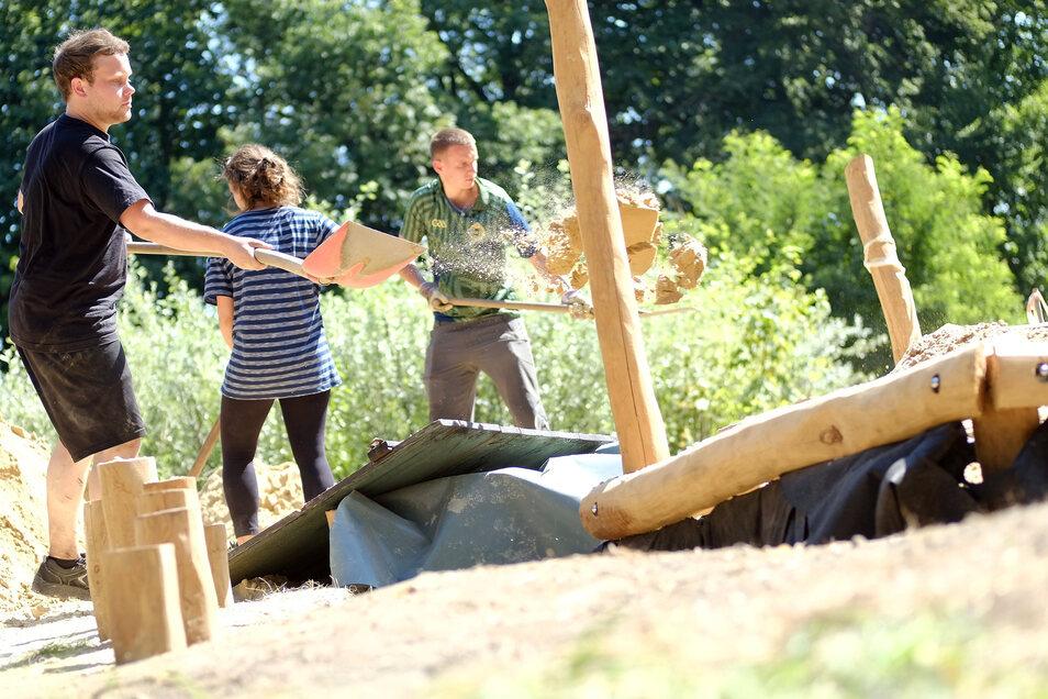 Insgesamt 13 Tonnen Sand haben Jugendliche aus verschiedenen Ländern in den vergangenen Wochen geschippt, um auf dem Gelände an der Jahnhalle einen Sandkasten zu schaffen.
