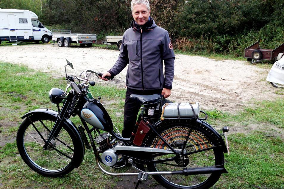 Nicht zum ersten Mal am Partwitzer See dabei war Stefan Ziedler aus Frankfurt (Oder): Er bestritt mit Startnummer 10 auf seiner Wanderer S von 1938 die Fahrt. 98 ccm Hubraum, 2,25 PS, Höchstgeschwindigkeit 50 km/h – das sind die blanken technischen Daten.
