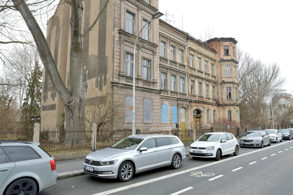Die rechte Hälfte dieses Doppelhauses an der Äußeren Oybiner Straße in Zittau gehört der Stadt. Die muss es jetzt notsichern.