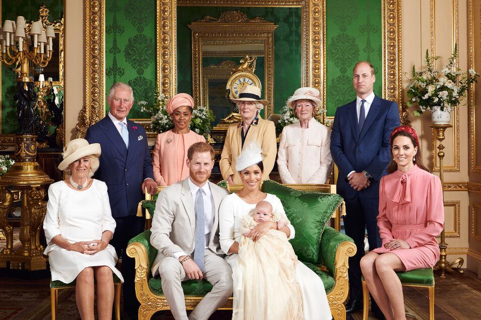 Herzogin Camilla (l-r), Prinz Charles, Doria Ragland, Prinz Harry, Lady Jane Fellows, Herzogin Meghan mit ihrem Sohn Archie Harrison Mountbatten-Windsor, Lady Sarah McCorquodale, Prinz William und Herzogin Kate nach der Taufe von Archie im Windsor Castle
