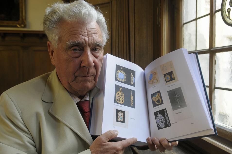 Lothar Voigt mit der Chronik der Görlitzer Gold- und Silberschmiede.