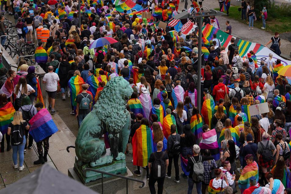 Einer der vier CSD-Demozüge startete am Mittag am Dresdner Rathaus.
