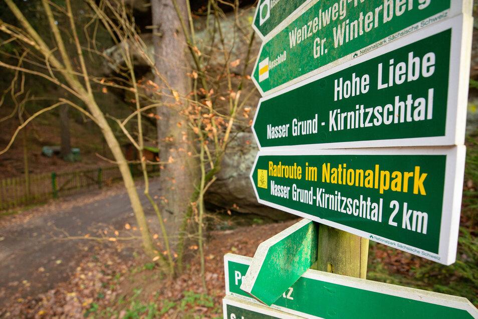 """Eingang zum Wenzelweg in Ostrau: Hier ist Radfahren erlaubt. Entscheidend ist das Schild """"Radroute"""" in gelber Schrift."""