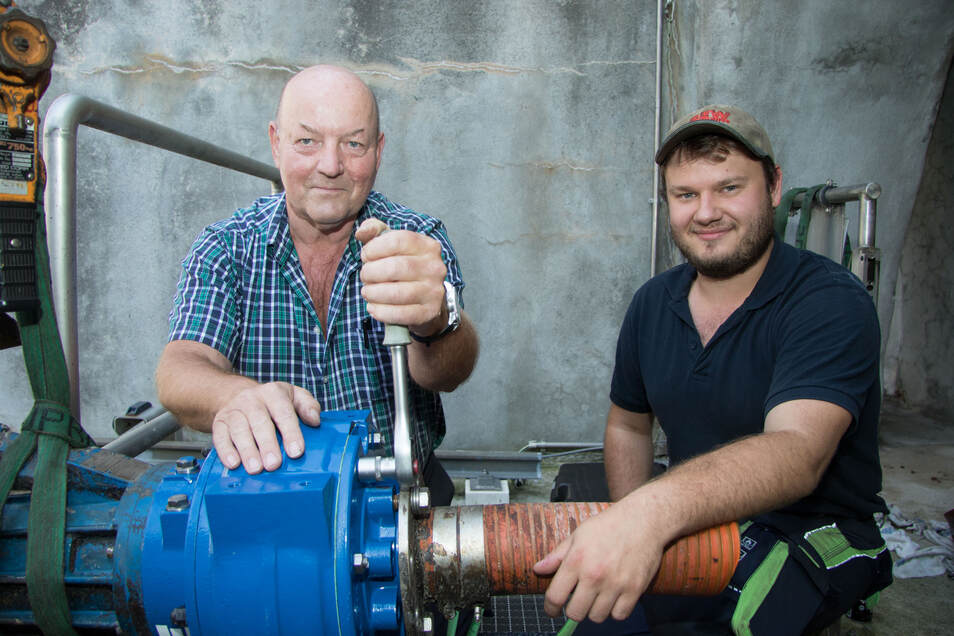 Schlosser Peter Töppner mit seinem jungen Kollegen Paul Klein an einer Pumpe am Sandfang im Klärwerk Kaditz, die sie gerade instandgesetzt haben.