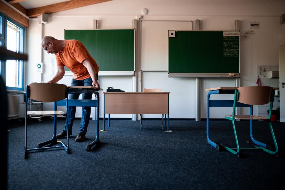 Die Schüler sollen Abstand halten. Stühle und Tische müssen im richtigen Abstand zueinander aufgestellt werden.