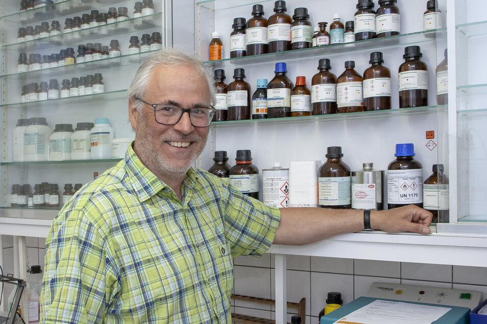 Dr. Eckard Schleiermacher steht hier im Labor seiner Apotheke in Klingenberg, die er jetzt an seine Nachfolgerin übergibt.
