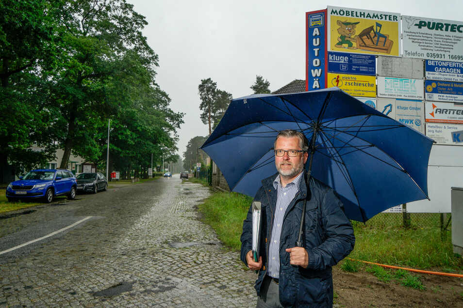 Schlechtes Wetter, gute Botschaft: Bürgermeister Swen Nowotny freut sich, dass der Gemeinderat von Königswartha die Sanierung der Eutricher Straße für 1,2 Millionen Euro beschlossen hat.