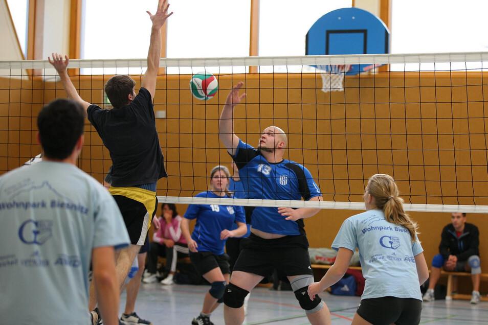 Beim Volleyball passiert es eher selten, doch ab und zu bleibt in der Turnhalle an der Heidenauer Oberschule ein Ball auf der Lampe liegen.
