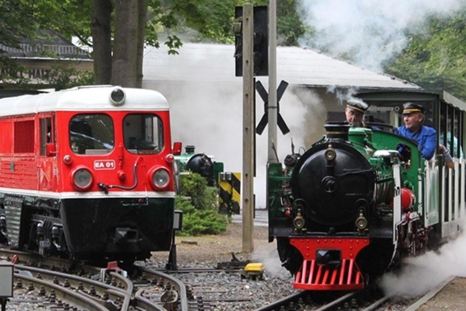 Die Dresdner Parkeisenbahn ist mit Diesel und Dampf unterwegs.