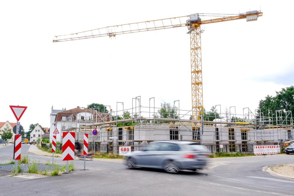 Durch den Konsolidierungskurs der vergangenen zwanzig Jahre kann die Besitzgesellschaft nicht nur an der Ecke Serkowitzer, Südstraße eine neue Wohnanlage bauen, sondern auch Menschen beim Mietpreis im vorhandenen Wohnungsbestand unter die Arme greifen.
