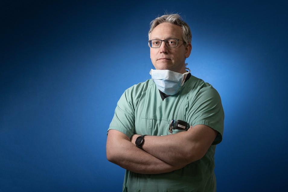 Peter Spieth, stellvertretender Klinikdirektor und Leiter der Intensivstation, hat viele Aufgaben. Gerade holt der 43-Jährige sehr oft Intensivpatienten aus anderen Kliniken nach Dresden.
