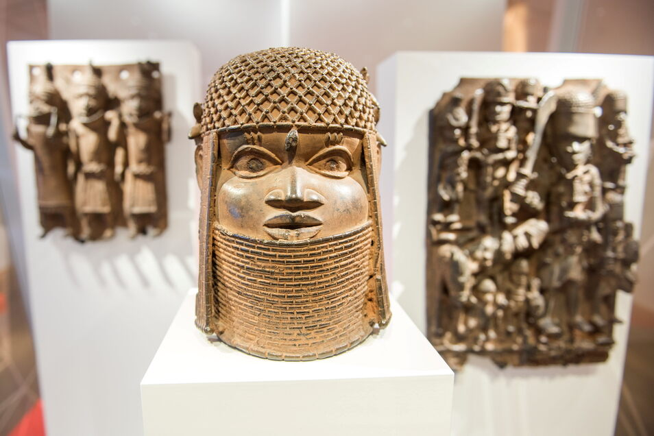 Drei Raubkunst-Bronzen aus dem Benin in Westafrika sind im Hamburger Museum für Kunst und Gewerbe in einer Vitrine ausgestellt.