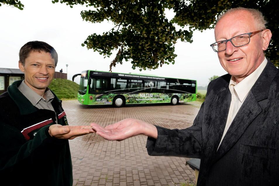 Ulf Zimmermann und Uwe Thiele (r.) werben für die Nutzung der neuen Ringbuslinie.