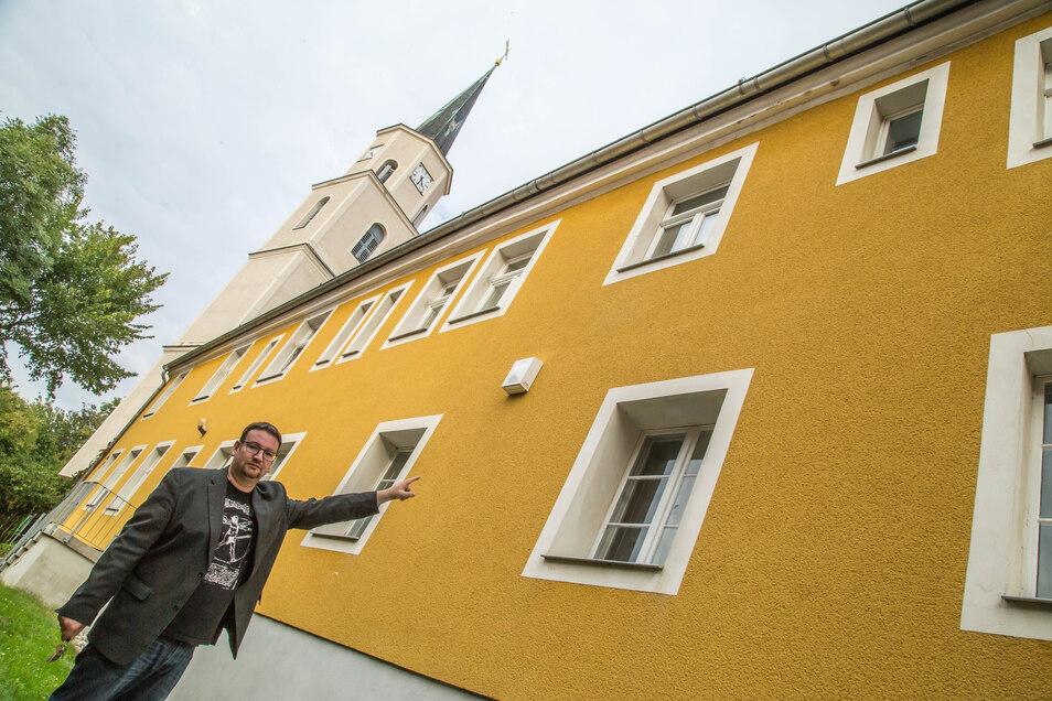 Pfarrer Daniel Schmidt zeigt am Rothenburger Pfarramt das Fenster, durch das die Diebe in sein Büro eingedrungen sind. Um zum Fenster zu kommen, stellten sie ein in unmittelbarer Nähe gefundenes Rosengitter an die Hauswand.