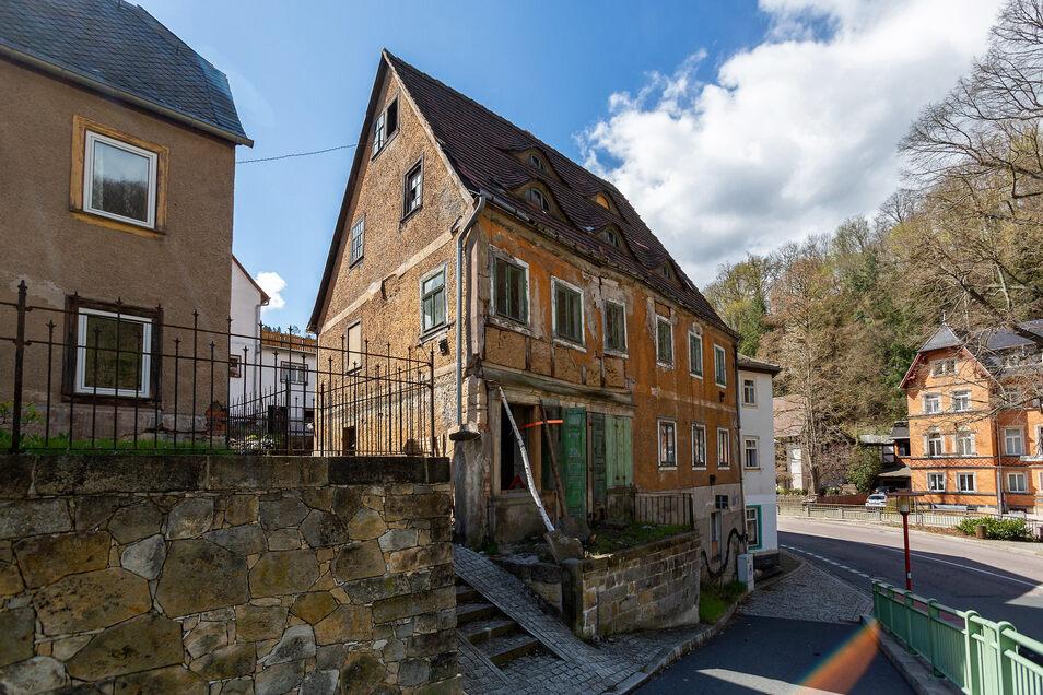 Das Haus im Akademieweg 2 in Tharandt steht in Sichtweite der zuständigen Verwaltung im Tharandter Rathaus (rechts).