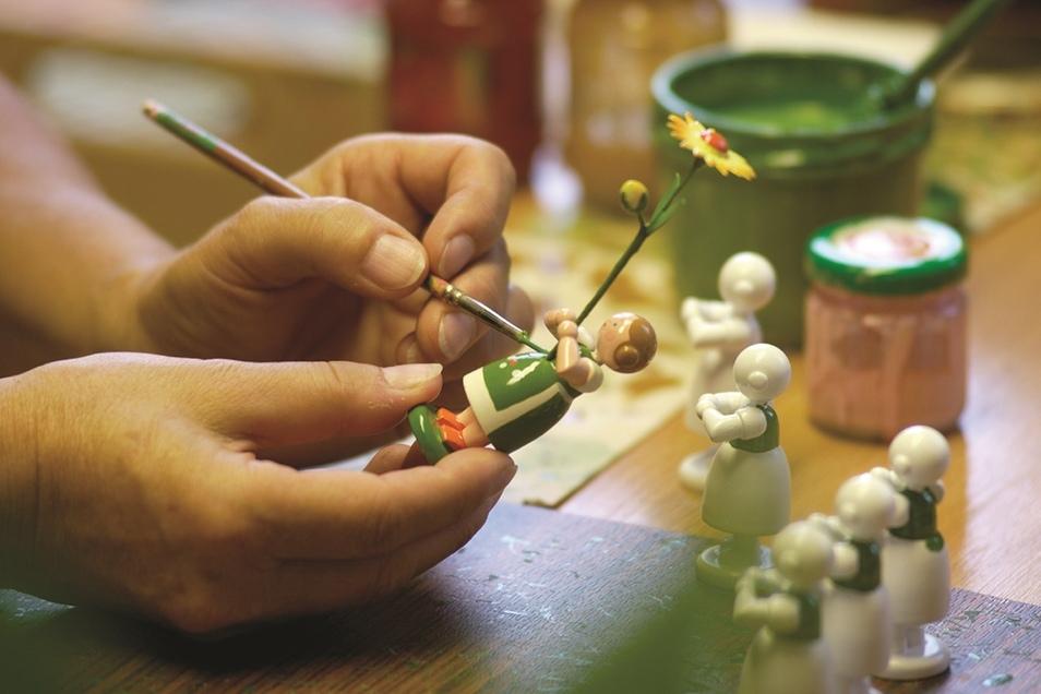 Erzgebirgsweit öffnen am 18. Oktober über 100 Schauwerkstätten und Manufakturen ihre Türen zum Tag des traditionellen Handwerks und gewähren Einblicke in die einzigartige und vielfältige Handwerkskunst.