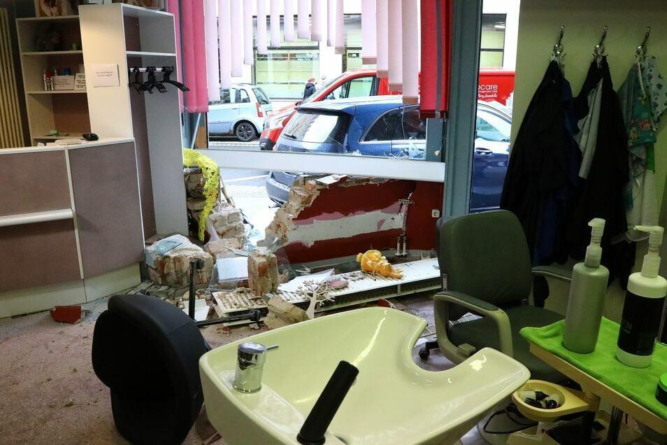 Scheibe und Fahrzeug wurden bei dem missglückten Einparkversuch demoliert. © Matthias Wehnert