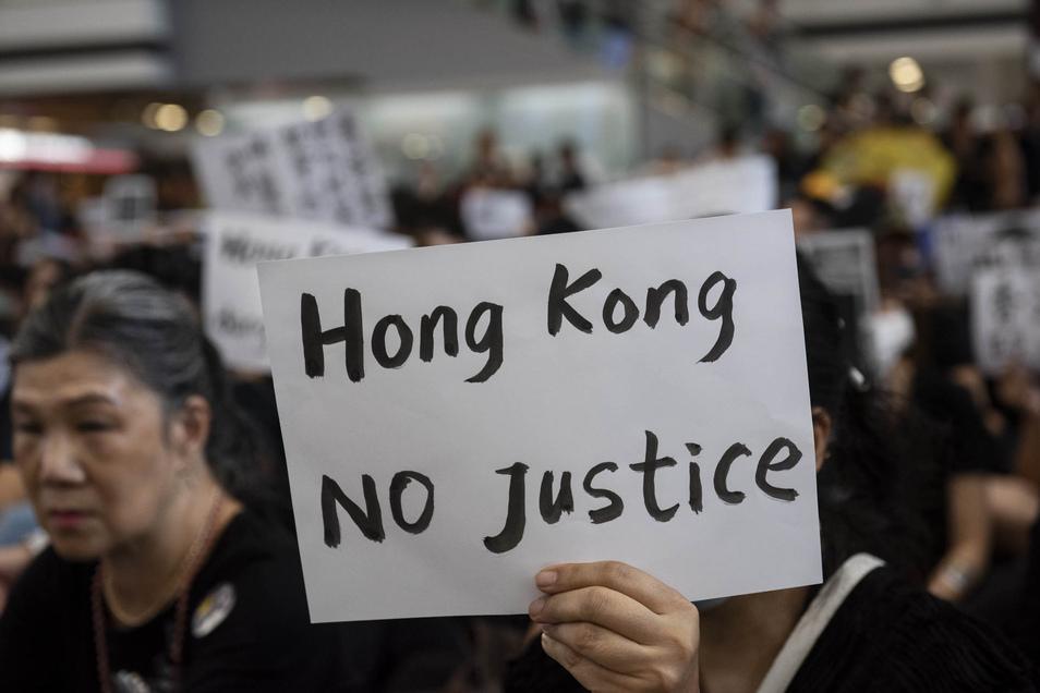 Seit Wochen gehen die Menschen in Hongkong auf die Straße.  Auslöser der Proteste war das inzwischen auf Eis gelegte Gesetz für Auslieferungen von Personen an China, die von der chinesischen Justiz beschuldigt werden.