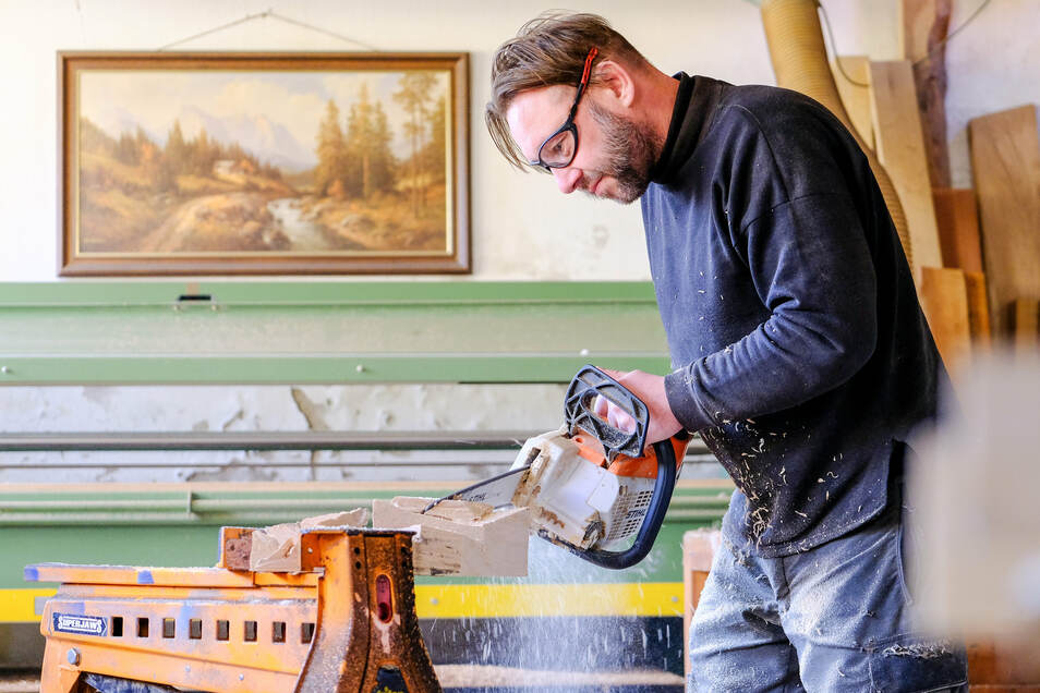 Holzgestalter Jens Gebhardt bei der Arbeit.