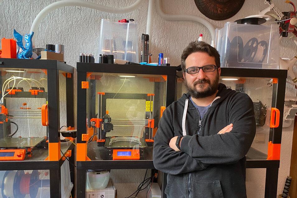 Verkehrsingenieur Robert Richter aus Großenhain druckt mit einem 3-D-Drucker Gesichtsmasken für Ärzte, Pfleger und Therapeuten.