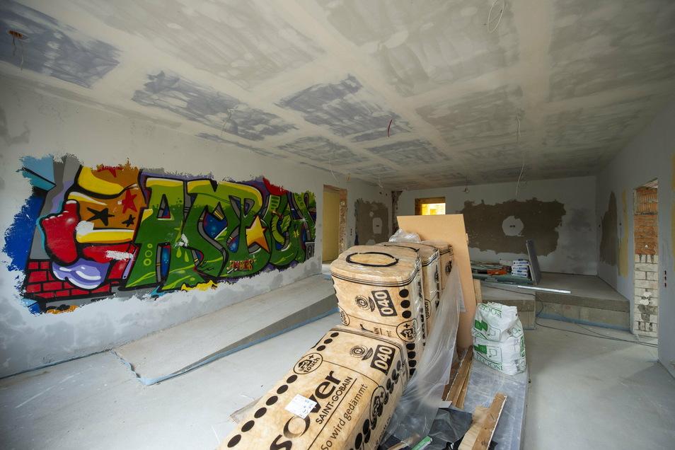 Das kommt ehemaligen Besuchern noch bekannt vor: Der Cafebereich. Der bleibt es auch. Das bunte Graffiti kommt noch weg, dafür soll es draußen neu entstehen können.