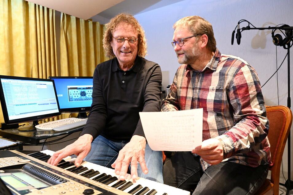 Dürfen sich derzeit nur zu zweit treffen: Helmar Federowski (links) und Gunter Dreßler vom Wilsdruffer Wilandes-Chor, hier in Federowskis Studio in Kesselsdorf.