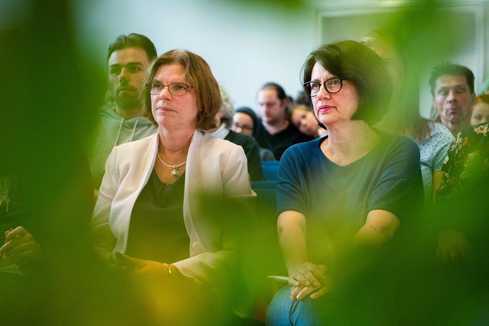Kristina Vogt (l) und Claudia Bernhard, beide Mitglieder in der Bremischen Bürgerschaft für die Partei Die Linke, sitzen während des Landesparteitags der Partei Die Linke in einem Saal.