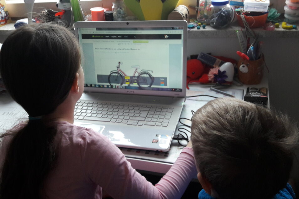 Auch Teresa aus der 4. Klasse hat sich intensiv mit der anstehenden Fahrradprüfung beschäftigt. Ihr kleiner Bruder schaut ihr dabei interessiert zu.