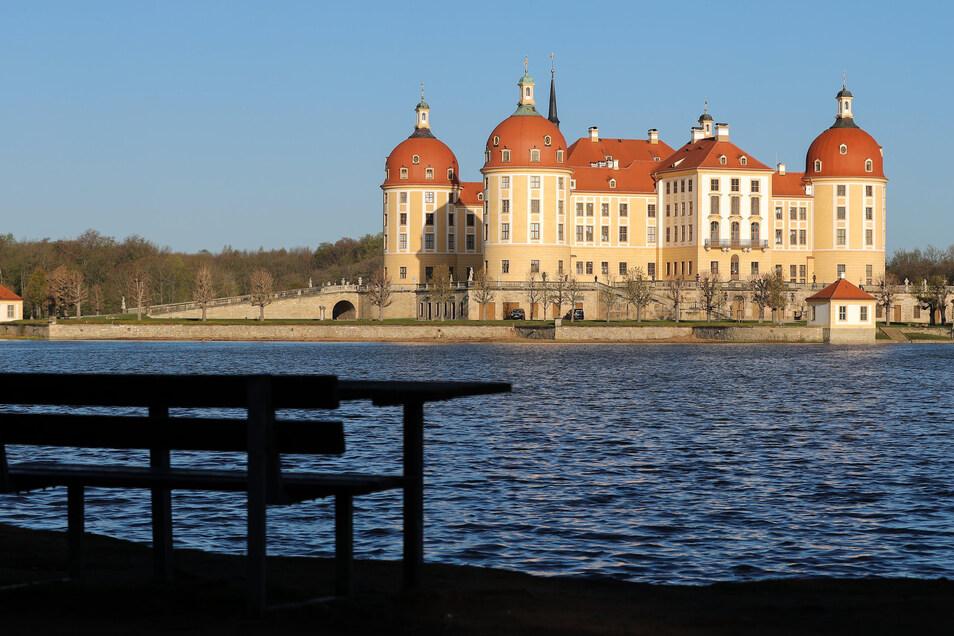 Eine leere Picknickbank am Dienstag nach Ostern vor der Kulisse von Schloss Moritzburg. Wann darf es wieder öffnen? Wann werden die Aufenthaltsbeschränkungen auch im Landkreis Meißen gelockert?