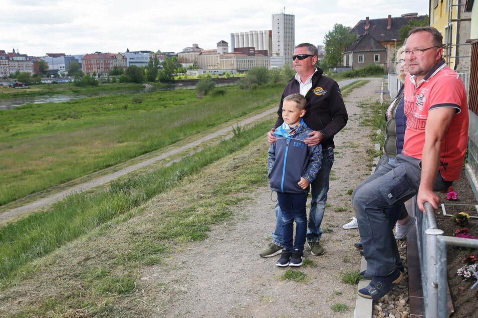 Anwohner aus Promnitz auf der Straße Am Elbdamm. Der Weg in Richtung Elbe soll wieder befestigt werden. Doch an der bisher geplanten Variante gab es Kritik.