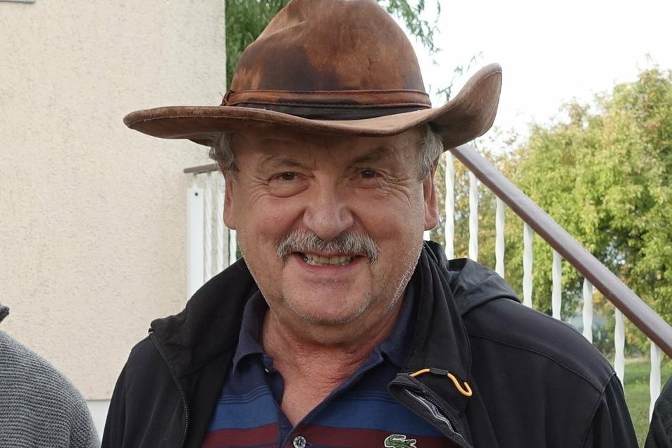 Der zerknautschte Lederhut ist das Markenzeichen von Hermann Mehner. Der Berufsschullehrer im Ruhestand ist ein Döbelner Original, langjähriger Stadtrat und Fußballtrainer.