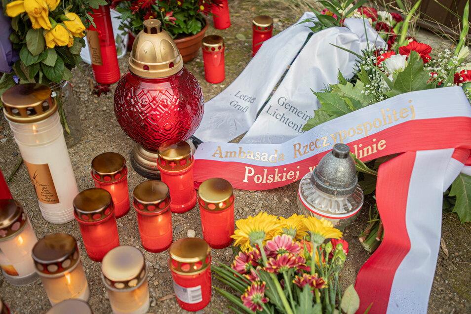 Auch die polnische Botschaft hat am Tatort in Großröhrsdorf einen Kranz niedergelegen lassen.