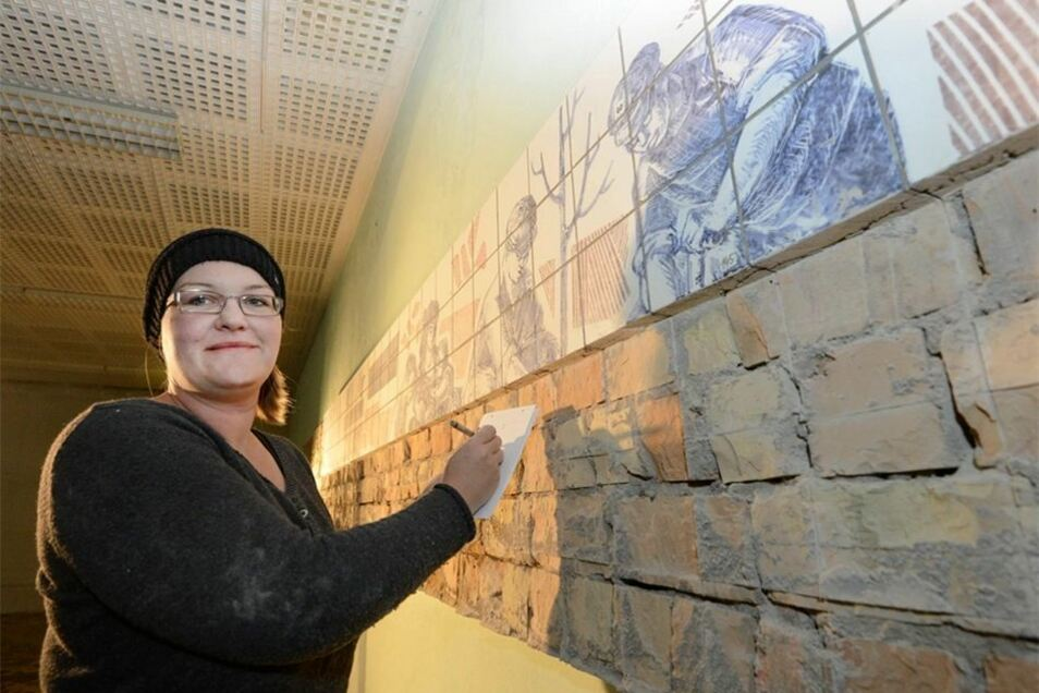 Anna Dyroff dokumentiert jede der Fliesen einzeln, bevor sie von der Wand geschnitten werden.